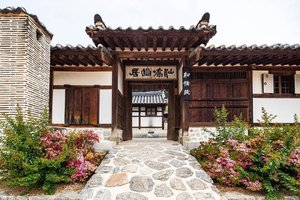 .Seongyojang House in Gangneung! 💚🌿 Enjoy traditional food and snacks or spend the night at the hanok stay :)).Where : 63, Unjeong-gil, Gangneung-si, Gangwon-do.#VisitKorea later #kto #ourheartsarealwaysopen #travelkorea #gangneung #timetravel #summer #seoul #akudankorea #kekoreaaja #ktoid #wowkoreasupporters #summerinkorea #workwithhappy #playwithhappy #neverstopplaying #dearbeautylove #clozetteid #loveyourself #speakyourself #neverafraid #changedestiny #daretobedifferent #ajourneytowonderland #like4like #september #2020
