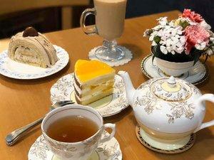 . Annyeong Chingu-deul welcome back to my K-post, sore-sore begini memang cocok buat menikmati camilan manis dan secangkir teh hangat. Salah satu cafe yang cantik dengan furniture yang unik berasa di Alice in Wonderland ☕ . Where : BomeBche (#보메비체) 221, Pyeongchon-daero, Dongan-gu, Anyang-si, Gyeonggi-do . #timetravel #summer #akudankorea #kekoreaaja #ktoid #wowkoreasupporters #summerinkorea #workwithhappy #playwithhappy #neverstopplaying #dearbeautylove #clozetteid #zilingoid #foodies #foodporn #foodphotography #foodgasm #loveyourself #speakyourself #neverafraid #changedestiny #daretobedifferent #ajourneytowonderland #like4like #june #2020
