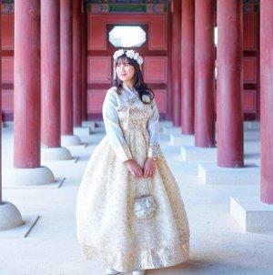 . Annyeong, welcome back to my K-post Wah kangen banget kan pakai hanbok apalagi kalau musim gugur seperti ini ngga bikin kepanasan. Biasanya sewa hanbook ini per jam dan harga nya mulai dari 10.000 won disekitar Gyeongbokgung Palaca banyak tempat penyewaan loh dan selain bisa berfoto di Istana bisa juga berjalan-jalan di tengah kota yang menjadi pemandangan umum disana, bogosipeo ~ . #VisitKorea #ourheartsarealwaysopen #travelkorea #throwback #autumn #gyeongbokgungpalace #southkorea #akudankorea #kekoreaaja #ktoid #wowkoreasupporters #workwithhappy #playwithhappy #neverstopplaying #dearbeautylove #clozetteid #loveyourself #speakyourself #neverafraid #changedestiny #daretobedifferent #ajourneytowonderland #like4like #october #2020