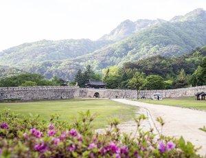 .Masih di Mungyeongsaejae yang memiliki pemandangan indah Gunung Joryeongsan. Tempat ini memiliki Tiga gerbang Juheulgwan, Jogokgwan, dan Joryeonggwan dibangun untuk pertahanan nasional setelah Perang Imjin (1592-1598).Area antara ketiga gerbang tersebut ditetapkan sebagai Taman Provinsi pada tahun 1981. Jalur dari gerbang pertama ke yang terakhir kalian bisa melewati hutan-hutan yang indah dan di dalam batas taman ada satu set lokasi syuting yang digunakan untuk drama sejarah KBS Wow Daebakk.Where : 932, Saejae-ro, Mungyeong-si, Gyeongsangbuk-do.#timetravel #summer #mungyeong #visitkorea #seoul #akudankorea #kekoreaaja #ktoid #wowkoreasupporters #summerinkorea #workwithhappy #playwithhappy #neverstopplaying #dearbeautylove #clozetteid #loveyourself #speakyourself #neverafraid #changedestiny #daretobedifferent #ajourneytowonderland #like4like #july #2020