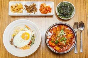 """. Chingu-deul lagi pada seneng banget nonton drama Korea """"Itaewon Class"""" kan yaa, aku sih udah lama banget rasanya ngga begadang nonton drakor karena mau tidur aja susah lol . Di Itaewon selain nightlife nya yang seru, buat kalian yang Muslim jangan khawatir karena ada beberapa restuarant halal yang bisa kalian kunjungi saat kesini. Salah satunya adalah Restoran Murre Muslim Food yang berlokasi dekat masjid pusat di Iteawon Seoul, have you tried? . 🇰🇷 @ktoid #timetravel #koreanfood #itaewon #halalfood #visitseoul #akudankorea #kekoreaaja #ktoid #wowkoreasupporters #welcomespring #workwithhappy #playwithhappy #neverstopplaying #dearbeautylove #clozetteid #zilingoid #foodies #foodporn #foodphotography #foodgasm #loveyourself #speakyourself #neverafraid #changedestiny #daretobedifferent #borntolead #ajourneytowonderland #like4like #march #2020"""