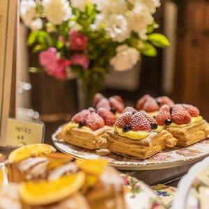 .Chocolate candy fruit honey butter waffle and Marshmallow mango juice You know what I deserveDessert! Dessert! Dessert!.Where : CW Hanok211-9, Songjae-ro, Boseong-gun, Jeollanam-do.#VisitKorea #ourheartsarealwaysopen #travelkorea #hanok #timetravel #chuseok #koreanfood #galbitang #seoul #akudankorea #kekoreaaja #ktoid #wowkoreasupporters #workwithhappy #playwithhappy #neverstopplaying #dearbeautylove #clozetteid #loveyourself #speakyourself #neverafraid #changedestiny #daretobedifferent #ajourneytowonderland #like4like #september #2020
