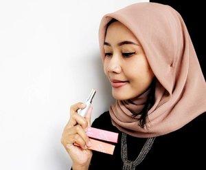 Kalau bepergian, saya nggak bisa lepas dari lipstik. Tujuannya supaya nggak kelihatan pucat aja. Dan kali ini lagi coba warna-warna dari @wardahbeauty Intensive Matte Lipstick seri Peach Perfect dan Blushing Nude. Warnanya cukup natural di bibir saya. . Btw, teman2 pakai lipstik Wardah jiga? Seri apa? . . . . #clozetteid #starclozetter #clozettediversi3 #bloggerlife #hijabmom #hijaberd #hijabblogger #wardah #indonesialifestyleblogger