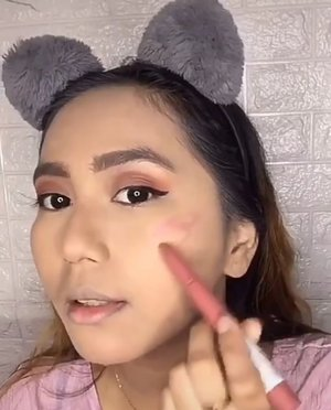 Ini dia one brand makeup tutorial yg kalian minta, nah kali ini aku pakai produk dari maybelline.Deets.✨Maybelline Fit Me 12-Hour Oil Control Powder✨Maybelline Superstay Matte Ink Liquid Matte Lipstick✨Maybelline Fit Me! Matte+Poreless Liquid Matte Foundation✨Maybelline Push Up Drama Waterproof Mascara✨Maybelline Define and Blend Eyes✨Maybelline Fit Me Liquid Concealer ✨Maybelline Superstay Ink Crayon Matte Lipstick✨Maybelline Lifter Gloss Lip✨Maybelline The City Mini PaletteLengkap banget ya ternyata maybelline punya semua makeup yang aku butuhin buat one brand makeup tutorial inii hihi 😍#readywithmaybelline #onebrandmakeup #onebrandmakeuptutorial #maybellinemakeuptutorial #makeuptutorial #clozetteid @maybelline