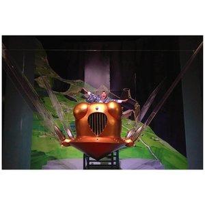 Salah satu instalasi yang kusuka di Exhibition @theworldofghiblijkt tahun lalu adalah replika sejumlah pesawat dari film Laputa: Castle in the Sky (1986). Mulai dari kapal raksasa sampe Flaptter yang aku naikin ini! Kalau di filmnya, pesawat ini digunakan oleh Dola dan anak buahnya yang jadi pembajak gitu. Saking senengnya mukaku ndak kontrol gitu ya? Hahahaha 😂PS.Masih lanjutan posting foto Ghibli Exhibition guys! Apa lengkapnya aku post di blog aja kali ya. Duh belum siap kalo rangkaian acaranya Ghibli Jakarta berakhir bulan ini 💔#ceritazakia #zakiajalanjalan #rekomendasizakia #tcb_ballislaif #ghibli #ghibliaddict #ghiblijkt #exhibitionwoghibli #laputa #laputacastleinthesky #castleinthesky #flaptter #vsco #vscocam #anaksenja #lookbooksenja #clozetteid