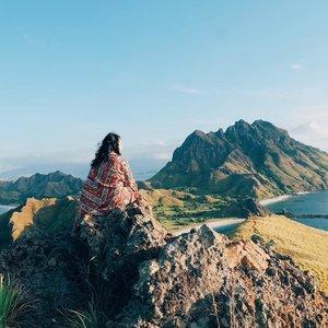 Stay close to people who make you feel like sunshine........#pulaupadar #islandlife #padarisland #QOTD #motivation #pejalanindonesia #secluded #serenity #summervibes #pausethemoment #jalanjalanseru #moodtones #landscapecaptures #fromwhereyoudratherbe #mindfulness #mindfultravel #capturemoments #travelmate #travelinstyle #pejalanselow #ootdindo #clozetteid #eka_labuanbajo