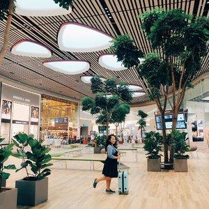 Enaknya ngapain aja kalau lagi nunggu pesawat di airport? Belanja? Cari gebetan? Selfie? Atau ngapain? . Baca tulisan di blog terbaru gue tentang 5 hal asyik yang bisa dilakuin di Terminal 4 Changi Airport. Itu lho, terminal baru yang karpetnya kece badai kayak orang-orang Turki 😻 . Mampir ke ceritaeka.com ya atau klik live link di bio. . . . . . #visitsingapore #wheninsingapore #eka_singapore #changiairport #t4changi #singapore #journey  #justbackfrom #airportfashion #airportstyle #airport #airportlife #followmetoo #jalan2 #ayojalanjalan #mainsebentar #senengmain #TraveltheWorld #TravelPhoto#TravelAddict#welltravelled #ootdindo #clozetteid #lifestyle #travel