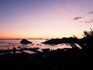 Kamu tim sunset atau sunrise? . . . . . . #sunsetlover #islandlife #sunsetcatcher #pejalanindonesia #secluded #serenity #sunsetview #pausethemoment #jalanjalanseru #moodtones #landscapecaptures #fromwhereyoudratherbe #mindfulness #mindfultravel #capturemoments #travelmate #travelinstyle #pejalanselow #ootdindo #clozetteid #travel  #eka_labuanbajo #labuanbajo #livenow #followmetoo