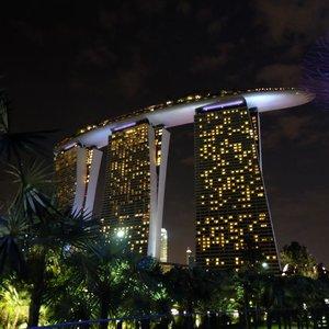 Bilang cinta itu murah. Yang mahal maintenance-nya 😂. . Throwback to moments in SG few weeks ago. #nofilter #nofilterneeded . . . . . . . . #eka_singapore #wheninsingapore #singapore #visitsingapore #marinabaysands #marinabay #singaporeatnight #justbackfrom #followmeto #clozetteid #travel #lifestyle #jalanjalan #mainsebentar #sukadolan #demendolan #ayojalanjalan #passionpassport #mytinyatlas #backpackerindonesia #indonesiantraveler #welltravelled