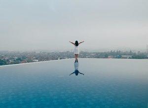 There are so many reasons to be happy: calm day with infinity pool is one of them..Hallo dari @westpointbdg yang lokasinya tepat berada di jantung kota Bandung. Dekat dari bandara, stasiun, Chinatown bahkan Jalan Cihampelas dan Jalan Riau yang terkenal dengan factory outlet-mya. Walaupun dekat dari mana-mana tapi West Point Hotel ini suasananya asyik dan tenang. Kolam renangnya punya pemandangan cantik yang bikin semua lelah abis meeting seharian langsung sirna. Menyenangkan banget!.Apa alasanmu untuk bahagia hari ini? #reviewbyeka