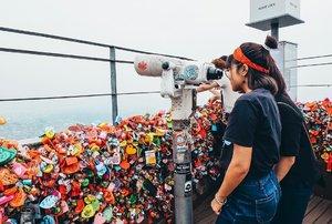 "Hati siapa yang pengen kamu gembok di Love Lock Namsan Tower ini?.Ada ribuan gembok bertuliskan nama, doa dan harapan dengan berbagai bahasa yang saya baca di menara tertinggi di Seoul ini. Di antara ribuan gembok itu kok ya mata saya sempat nemu tulisan ""Sri ndang baliyo� dan ""Kugadaikan cintaku di Seoul.� 😂 Hahaha..Spontan ngakak waktu itu, sayang tiba-tiba hujan dan kabut turun dengan cepat jadi nggak sempet difoto.. #akudankorea #visitkorea @ktoid #namsantower #Seoul #SouthKorea"