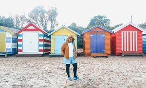 Mending main pasir daripada mainin hati anak orang. Eh 😜.📍 Brighton Beach, Victoria, Melbourne yang dengan rumah-rumah pantai mungilnya yang warna-warni. Jangan salah, biarpun kecil itu rumah harganya gila-gilaan, hampir 2M! Yang punya rumah pantai gini bisa dipastikan orang kaya kalo di Oz sini..Terus itu rumah pantai isinya apa? Biasanya buat naruh barang-barang piknik aja sih biar pas musim panas mau relaks mereka nggak perlu angkut-angkut perlengkapan lagi..Warbiyasak, orang kaya mah beda 😅 Kamu pengen punya rumah pantai gini juga gak?