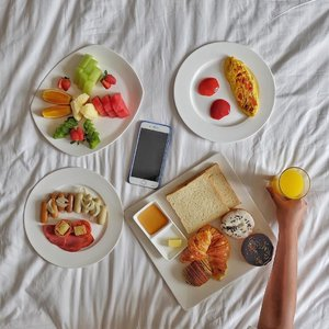 Did s/he ever make you breakfast in bed? Or made you the breakfast, instead? 😉.Met pagi semuanya, semoga Seninnya seru dan penuh semangat! Jangan lupa sarapan dolo 😘😘.#happymonday #breakfastinbed #breakfastideas #morninglikethis
