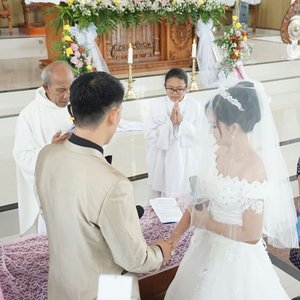 Detik-detik paling menegangkan..😂😂 Thank you buat semua yang hadir, dan buat doa nya..🙏 #clozetteid #holymatrimony #pemberkatan #wedding