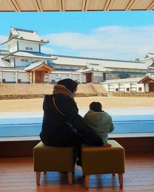 Enak banget duduk di sini, liat kaca, bengong, minum kopi, main garden scape .#kanazawacastle #clozetteid #gakseberapatraveldiary
