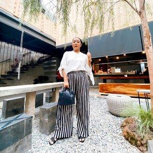 Angle dan tukang foto mempengaruhi segalanya...  • Bag from : @medinazein.id  Pants : @postmodepremiere l  • 📸📸 by : @napitpoldo  Kalo difotoin dia selalu bagus  Tapi Siap siap aja dimarahin 😂😂😂 • #lookbookindonesia #ootd #fashion #plussizefashion #plussizemodel #clozetteid #lookbook #ootdmagazize