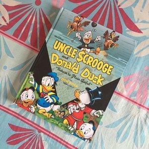 Selamat Hari Dongeng Internasional (World Storytelling Day)Pas banget aku baru selesai baca ini 😂 Uncle Scrooge & Donald Duck volume 2 : Return to Plain AwfulSeperti biasa, gak pernah mengecewakan. Mungkin karena aku  tumbuh besar dengan Donald Bebek, dkk 😂😂😂 Di volume ini juga ditampilkan musuh lawas Paman Gober (Uncle Scrooge), yaitu si penyihir Mimi Hitam (Magica De Spell). Seru!#indonesiamembaca #book #bookstagram #bookstagramindonesia #bookreview #booktography #bookphotographyid #comics #comic #comicbooks #unclescrooge #donaldduck #pamangober #donalbebek #haridongengsedunia #haridongengsedunia2020 #haridongenginternasional #worldstorytellingday #bdloves #clozette #clozetteid