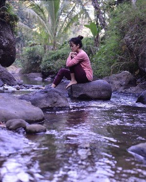 Si anak gunung diajak main ke sungai yg ada di gunung ⛰ Yaaaa happy lah yaaaaa 🤣🤣🤣 . . . . . #blogger #bloggerperempuan #bloggerjogja #nikon #nikonindonesia #nikontravel #travel #travelling #travelblogger #explorewonosobo #explorejawatengah #wonosobo #indonesia #exploreindonesia #clozette #clozetteid