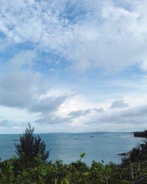 ☀️☁️🌊 . . . . . #beach #panorama #nikon #nikonindonesia #nikonphotography #nikontravel #travel #travelling #explorebangka #explorebangkabelitung #bangkabelitung #indonesia #exploreindonesia #clozette #clozetteid