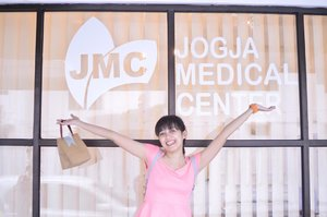 Kali ini ngobrolin hal yg lumayan bermanfaat di blog (www.redowlicious.com), yaitu tentang @jogjamedicalcenter x @z_glow.id 😌-Nah, ini bukan klinik kecantikan biasa ya! Tapi One Stop Service Family Clinic‼️Jadi, selain melayani perawatan kecantikan, di JMC ini juga terdapat Poli Gigi, Poli Umum, dan Klinik Tumbuh Kembang Anak! 😱-Ini info penting banget nih untuk wanita, terutama untuk ibuk-ibuk atau yg akan menjadi ibuk ibuk 😎-So, cusss ke blog yaaa atau klik link di bio 😬😘.....@jogjabloggirls #jogjamedicalcenter #zglowclinic #tumbuhkembanganak #blogger #jogjabloggirls #bloggerperempuan #bloggerjogja #beautybloggers #clinic #clozette #clozetteid