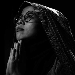 merenungi jilbab yang dipakai dalam foto ini, karna ini adalah lapisan sprei di kamar... 😆😆 . . . 💡@galuh_kesuma 📷 @gumilar_mk . . #ceritaraju #photography #blackandwhite #photoprofile #clozetteid