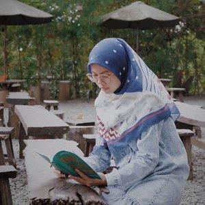 udah lama banget beli buku ini, tapi belum sempet baca. Padahal dulu seneng banget baca buku, tapi skrng mulai rada males. Mungkin karna udah ke enakan baca dari layar HP kali yaa.. kalau km masih suka baca buku ga sih? ..scraft by @pnjboutique ....#ceritaraju #clozetteid #pnjboutique #balikpapan #reading #lookbookindonesia #hijabstyle