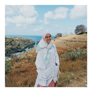lokasi dimana aku tak mampu berjalan sendiri, harus ada orang lain untuk berpegangan... . karena angin nya terlalu kencang, takut ni badan kebawa angin 😅😅😅 . . . . #ceritaraju #clozetteid #rajukeliling #travelblogger #traveller #bali #nusapenida #indonesia #wonderfulplaces #backpacker #atuhbeach