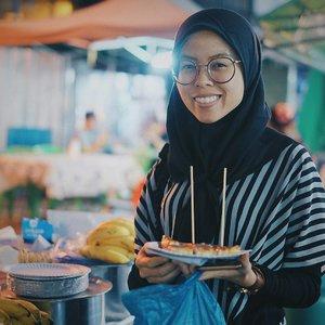 """satu lagi tempat ramai dimalam hari, """"khao san Road"""" semua hiburan malam hari nya mah semua sama lah yaaa... .  nah, untk slide 9 itu pose bego sih, karna kaget aja tiba2 2 bule itu ikutan foto. hahhhahaa... . . . . . . . #ceritaraju #bangkoktrip #bangkoktripraju #bangkok #thailand #khaosanroad #travelblogger #travellog #traveller #rajukeliling #clozetteid"""