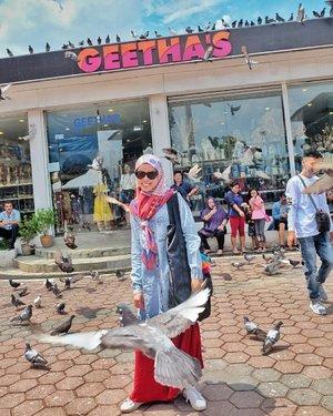 foto pertama : permisi burung mau lewat.. . . foto kedua : keenakan naik metromoni tingkat di KL kena angin sepoi2. bayar 55 ringgit muter2 kelilingin lokasi wisata. . . . . #rajukeliling #malaysia #vocation #travelblogger #traveller #clozetteid #roundtheworldtrip