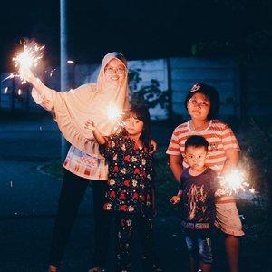 Bukan masalah perayaan nya, tapi mensyukuri karna bisa kumpul sama keluarga walaupun ngga lengkap. Semoga Tahun depan jauh lebih baik dari tahun ini. Dan pastinya Semoga lebih Berkah. 😇 *Abaikan kami yang sudah pakai baju tidur 😅😅 . . . . . #ceritaraju #newyear #clozetteid #family #qualitytime