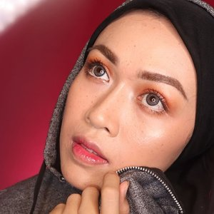 GLASS SKIN MAKEUP + FAUX FRECKLES .Ini diaa glass skin makeup yang nggak terlalu becek, jamin deh nggak bikin debu dan lalat nempel di muka, dan tahan seharian. Video menyusul yaa (masih ngumpulin keajaiban biar nggak males ngedit hahahaha. Dah ada lebih 5 content blom di-edit2 🤣🤣🤣).Products used:@maccosmetics Strobe Cream@hudabeauty FauxFilter Foundie in Chai@ultimaii_id Translicent Powder - Neutral@sephoraidn Matte Bronzing Powder - Bali@nyxcosmetics_indonesia SMLC - AbuDhabi@nyxcosmetics_indonesia Lingerie - Clear@nyxcosmetics_indonesia LSCL - Cherry Skies@benefitindonesia RollerLash@tartecosmetics Tartelette Flirt@realtechniques_id Expert Face Brush@absolutenewyork_id 2in1 BrowPerfecter@maccosmetics Soft&Gentle hilighter@catrice.cosmetics Light Correcting SerumPrimer@x2softlens Diary - LightGrey@maybelline VelvetMatte Lipstik no.5 as blush@maybelline Fit Me Concealer no.20@undiscovered_muas #undiscovered_muas@beautybloggerindonesia #beautybloggerindonesia @magnifique_u_ @beautygoers #beautygoersid #makeupjunkie #hudabeauty #beautyenthusiast #indobeautygram #wakeupandmakeup #beautyblogger #medanbeautyblogger #beautyvlogger #clozette #clozetteid #tampilcantik #vloggermedan #bloggermedan #makeupideas #makeup @tampilcantik @zonamakeup.id @ragam_kecantikan #ragamkecantikan #cutcrease #eyemakeup #motd #makeupforhijab #turbanstyle #muasfam #makeupartistworldwide #glassskin #glassskinmakeup #fauxfreckles