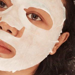 Produk terbaru dari @hicharis_official : M+ Madecassoside Sheet Mask. ➖➖➖🌿Material maskernya tebal🌿Wanginya relaxing tapi gak lebay kok 🌿Essence maskernya ini creamy banget➖➖➖ ✔️ Lembap bangeeet! Belum pernah nyobain sheet mask yang rasa lembapnya begini jadi gak dilanjut dengan pelembap pun oke aja. Waktu pakai foundation mudah banget ngeratainnya. ❓Masker ini mengandung Centella Asiatica Leaf Extract dan Madecassoside yang bisa menenangkan kulit. Cuma aku baru ngerasain lembap aja sih dari pakai sheet mask ini, mungkin karena kulit aku lagi gak rewel😁 ➖➖➖ 💰 Link ada di bio ya kalau mau beli atau intip harga 👌 ➖➖➖ | #sheetmaskingwithindira |#clozetteid