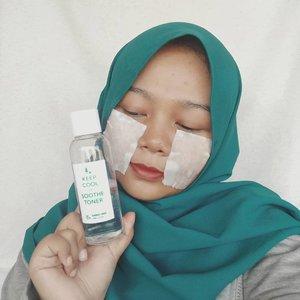💦@keepcool_global 𝗞𝗲𝗲𝗽 𝗖𝗼𝗼𝗹 𝗮𝗻𝗱 𝗦𝗼𝗼𝘁𝗵𝗲 𝗧𝗼𝗻𝗲𝗿 (4/5)💦..🛒@hicharis_officialwww.hicharis.net/indiranyan - Rp 255.000 (160ml) ..Dengan kandungan 85% bamboo water untuk menyegarkan, melembapkan dan menenangkan kulit. pH 5.5 yang skin-friendly. Bahan-bahan yang digunakan kalau cek di EWG semuanya di grade Green ..💧PackagingDilengkapi dengan dus berwarna hijau-putih. Informasi mengenai produk mudah dipahami karena dicetak juga dalam bahasa Inggris. PAO nya 12 bulan, tapi yakin gak butuh waktu lama untuk aku menghabiskan toner ini. Lihat aja kemasan 160ml ini baru 2 minggu pakai sudah tersisa setengah!--Kemasan botolnya terbuat dari plastik dan transparan. Mulut botolnya pun disegel jadi bisa meminimalisir bocor selama pengiriman..💧Tekstur & WangiGak berwarna dan cair layaknya air dan yang paling disuka gak ada wangi sama sekali 💯..💧Cara aku pakaiBisa dipakai pada pagi dan malam hari. Seringnya aku pakai toner ini 3-5 tetes dituang ke tangan lalu pat-pat ke wajah. Cara lainnya pakai compressed sheet mask dan dituangkan toner ini atau basahi kapas dengan toner ini lalu tempel di wajah selama 10 menit..💧 PengalamanTonernya ringan sekali tapi tetap bisa menghidrasi kulit dengan baik hanya dengan 1 layer tanpa ada rasa lengket. Jadi sepertinya kulit berminyak pun gak akan merasa toner ini berlebihan untuk kulit. Waktu diaplikasikan ke kulit rasanya adem sekali dan lumayan menenangkan kulit  yang kemerahan setelah aku pakai clay mask. Baca beberapa review lain toner ini bisa meredakan beruntusan, tapi sayangnya gak terlihat di aku. Secara keseluruhan ini basic hydrating toner yang bekerja dengan baik pada kulit aku. Lagi jadi toner yang paling sering aku pakai pagi dan malam, apalagi setelah pakai produk yang mengandung AHA dan BHA terasa banget efek soothing. ..----------#keepcool #keepcoolandsoothetoner #keepcooltoner #charisceleb #charisapp #indiraxcharis #skincarereview #reviewskincare #clozetteid #beautybloggerindonesia #abcommunity #abbeatthealgorithm