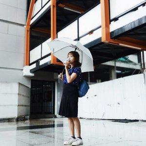 Musim hujan ga bakal bikin jadwal kuliahku libur. Berangkat hujan, pulang juga hujan, huh sebel! Oleh karena itu, selain tidak lupa bawa payung, #gwPANTANGEDROP dengan minum 1 kaleng #BEARBRAND sebelum ngedrop.  Tugas kuliah mana bisa kelar kalo gw ngedrop, ya ngga?  Apa momen #PANTANGEDROP kalian? Share juga yuk! @nata.hsu, @disetyowati, @kartikaryani  #PANTANGEDROP #gwPANTANGEDROP #BEARBRAND #clozette #clozetteid #runachoo #sundaymarshmallow #ootd #photographer #photography #photooftheday #likes #likesforlikes #raining #umbrella #ulzzang #hobbyblogger #instastyle #vsco #vscocam #collegelife #college #girl #kawaii