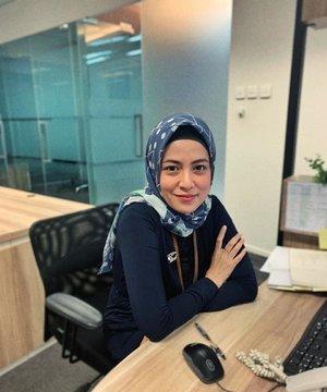 Sesekali poto Di meja Kantor dipajang Di feed #Officelyfe....#ClozetteID #personalblogger #hijabbloggers #likeforlikes