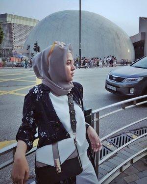 Banyak yg DM tanya #tas ku beli dimana, tas ini aku dapet pas diundang #event grand opening #store @redwineshoes dengan #ClozetteID kira2 bulan #November 2017 kemarin.Sekarang masih ada or gak stocknya, coba cek IG atau store #redwineshoes aja yaa....#ClozetteID #shortgateway #gateway #holiday #familyholiday #personalblogger #personalblog #IndonesianBlogger #lifestyleblog #Hijab #Hijabootd #likeforlikes