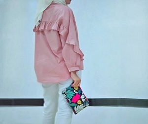 For me, we can buy all the cute clothes and we have a fashionable closet. Butstyleis how we, individually, chose to put it all together.Do you Agree?Clutch from @fossil @urbaniconstoreTop from Massilca @mataharimallcom...#MauGayaItuGampang#ClozetteID #Hijab #ootd #Lifestyle #lifestyleblogger #IndonesianBlogger #Blogger