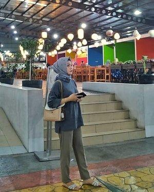 Di food court banget bu potonya ? 😂😂😂Cuma mau bilang pants dari @heaven_lights dan sweater dari @nayyarraoutfit enak banget buat shantuuy ♥️....#ClozetteID #personalblogger #personalblog #likeforlikes