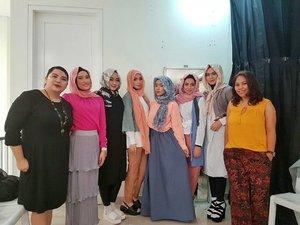 Backstage Thank you @havaid @gaudi_clothing @clozetteid for having us 😊  Wardrobe : @gaudi_clothing MUA : @wardahbeauty #backstage #trunkshow #HAVAxGaudiXwardah #muslimfashionstreet #clozetteid