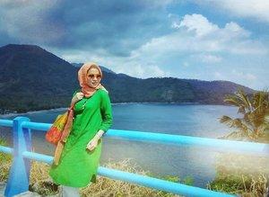 #Throwback April 2016 sempat ada acara kantor ke Lombok. Dan alam disana sangat indah, kotanya pun tenang dan damai. Berniat untuk balik lagi untuk liburan bareng keluarga.  Sekarang, hampir sebulan ini Lombok diguncang rentetan Gempa. Turut bersedih, semoga saudara2 di Lombok selalu dilindungi Allah dan diberi kekuatan serta keselamatan. #PrayForLombok . . . . #ClozetteID #personalblogger #personalblog #indonesianblogger #lifestyleblog #hijabblogger #likeforlikes