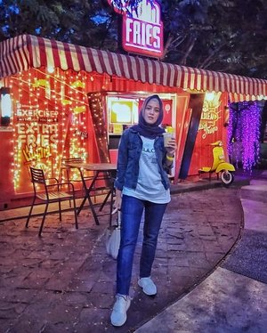 Dah kayak Milea blm stylenya, jaket jeans sneaker putih🙈 🤢🤢🤢 ini lah penampakan milea 20 tahun kemudian 🤣🤣....#ClozetteID #ShoxSquad #personalblogger #personalblog #indonesianblogger #lifestyleblog #Hijab #likeforlikes