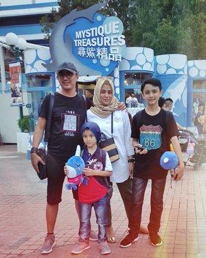 We're so happy ☺️ #HongKong . . . #ClozetteID #shortgateway #gateway #holiday #familyholiday #personalblogger #personalblog #IndonesianBlogger #lifestyleblog #Hijab #Hijabootd