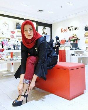 Hari ini aku hadir di acara grand opening @RedwineShoes di Cibinong City Mall.Yukk buruan yg rumahnya sekitaran depok, Bogor cuss kesini, banyak penawaran menarik dari special price starting from 69rb - 99rb sajaaa samlai discount up to 50%. Mau cari sepatu/tas pesta, casual, sehari-hari, utk office semuaa ada. Size pun masih lengkap ya girls. Dan lucu2 bangett modelnya. @clozetteid............#redwineshoes#clozetteid#clozetteidreview#RedWinexClozetteIDReview