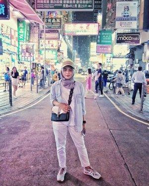 #ladiesMarket Mongkok .Kalo belanja disini nawarnya #Sadis Aja, tapi jangan sesekali nawar atau sekedar nanya harga Kalo gak niat beli 😂😂 apalagi dah pegang2 trs gak jadi beli.....#ClozetteID #shortgateway #gateway #holiday #familyholiday #personalblogger #personalblog #IndonesianBlogger #lifestyleblog #Hijab #Hijabootd #likeforlikes