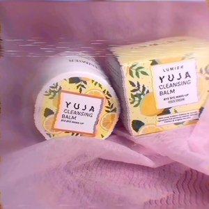 [Try & Review] Lumier – Cleansing Balm - Yuja.Jadi aku lagi cobain produk nya  @lumier.official Ini adl pembersih makeup mulftifungsi krn selain bs membersihkan makeup jg ada kandungan skincare. .Ada 2 varian:1. YUJA 🍋2. GREEN CAVIAR.Nah yang aku coba serian YUJA..Ingredients :* Butiruspermum Parkii (Shea) Butter (skin repair & conditioning)* Citrus Junos Fruit Extract (lightening & antioxidant)* Aloe Barbadensis Leaf Extract (Softening, Soothing, Moisturizing)* Mentha Piperita Oil (refreshing).Manfaat :1. Meluruhkan makeup dgn baik sampai dlm pori22. Tdk membuat kulit kering4. Memiliki efek mencerahkan kulit5. Membantu menyamarkan noda jerawat 6. Membuat kulit kenyal, sehat & cerah7. Mengangkat minyak, komedo & debu.Yang perlu dinotice :* NO (Paraben, Alcohol , Synthetic Coloring, Animal Testing, titanium dioxide)* Cruelty Free* Sudah BPOM* All skin type* Natural* Bs digunakan sesering mungkin/ pagi & malam.* Aman u/ remaja, kulit sensitive, acneprone bahkan ibu hamil & menyusui* Ada spatula.Cara Pakai :- Ambil produk secukupnya, gunakan spatula.- Gunakan jari, pijat perlahan dgn gerakan memutar sampai produk meleleh.- Hapus dengan tissue, kapas/ basuh dgn air..Teksturnya balm & padat. Warna agak kekuningan & ada beads kuning,Ada wangi buah seger yg mengingatkan aku pada permen SUGUS..Jujur ini pertama kali aku pake cleansing balm produk local. Dan ternyata ga mengecewakan. Konsepnya bagus dgn fungsi skincare. Aku suka dgn desain packaging yang cute dan eye catchy & tekstur balm yg menarik krn ada beads kuning.Trus wanginyaa seger lho. Bikin semangat 😍.Trus kebetulan aku suka makeup art yg ribet, eh bisa lho dibersihkan pake ini. Makeup pun meleleh dgn baik tanpa ba bi bu.Cocok sbg first cleanser.Bisa u/ mascara & eyeliner waterproof, water/oil facepainting.Ga da rasa ketarik malah lembabDipake berkali2 ga ada reaksi negative.WOW. 😍.Yg penasaran cuss langsung aja kepoin @lumier.official yHarganya cuma 149K 40 gr.#lumiercleansingbalm#loveyourskin#lumier#natural#yuja