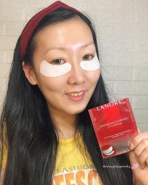 [Try & Review]Lanore - Anti AgingFace Mask & Hydrogel Eye Patch.Jujur ini pertama kali aku cobain Brand @Lanore.id ini & ternyata produk Lokal lho..Yang aku bahas kali ini adl Face Mask & Hydrogel Eye Patch dari@lanore.id..Ada 2 varian :·Anti Aging (u/ memperlambat proses penuaan)·Whitening (u/ kulit yg lbh cerah, lembab & kenyal).✨Face MaskMenggunakan teknologi TDS ( Transdermal delivery system ) u/ membantu menghantarkan zat aktif yg baik u/ kulitMengandung :·Moisturizer, Vit. E, Adenosine & Coenzim Q10Sbg antioxidant, mengurangi kerutan & memperlambat proses penuaan.Dipakai selama 30 menit & 2-3x/ mgg  u/ hasil maksimal.Packagingnya merah glossy & keterangannya lengkap.Bahan masker cukup tebal, tdk mudah sobek & ternyata tdk melorot lho. Jadi bs dipake sambil kerja xixiixi.Ukuran cukup pas di muka aku ga kekecilan/ kegedean & mencapai daerah dagu.Ada sedikit wangi.Ada sensasi dingin dan menenangkan, pdhl ga di masukin kulkas, & bertahan cukup lama (sampe masker kering)Essence maskernya agak kental tp ga lengket dan ga gitu banyak sisanya di bungkusnya.Stlh pemakaian wajah jadi lembab, kenyal & segar.Harga 31K/pcs.✨Hydrogel EyepatchMenggunakan teknologi TDSMengandung :·Adenosine + Dipamityol Hydroxyproline & Carica Papaya ExtractSbg antioxidant, menyamarkan tanda-tanda penuaan (kerutan & garis halus), menjaga kekencangan kulit.Dipakai 30 menit & 2-3x/mgg u/ hasil maksimal.Packagingmerah glossy & keterangannya cukup lengkap.Bahan dasar gel.Ada sensasi dinginMenempel kuat jd ga takut jatuh & bisa di pake sambil aktivitas.Stlh pemakaian mata jadi lembab, kenyal, puffy eyes berkurang & segar.Harga 121K/box isi 5.Yang mau kepoin ato mau coba cuss ke @lanore.id .@beautefemmecommunity #lanore#whiteningandantiaging#naturallook#supremeglow#BFCxLanore#BeauteFemmeCommunity#BFCreview#clozetteid