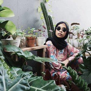 Hari Minggu be lyke: nongkrongin tanaman sambil ngecek mana yang lagi hamil, mana yang udah pembukaan dan mana yang masih belum move on. Semoga kalian sehat-sehat terus yah sama Bu Tian dan Bapak Fajar @fajarinie __#NanemBarengTian #KebunFajarinie #plantsofinstagram #plantmom #plantparents #plantmama #plantparentcommunity #plantlovers #TanamanBikinHappy #sundaymorning #plantsmakepeoplehappy #UrbanJungle #aroidaddicts #aroidaddictindonesia #clozetteID