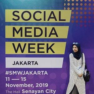 """Sejak digelar pertama kali tahun 2015, aku sudah antusias menghadiri Social Media Week Jakarta. Acara ini memang paling ditunggu-tunggu oleh para digital savvy termasuk aku. Apalagi profesiku di ranah social media specialist memang sangat relate dan pasti berguna juga untuk komunitas @mominfluencer.id yang kurintisAlhamdulillah hari ini bertemu banyak orang kompeten, tapi tak pelit ilmu. Sangat terbuka untuk diajak bertukar pikiran, bahkan merencanakan kolaborasi di tahun depan. Semoga terwujud dan bisa menciptakan ekosistem digital yang lebih baik lagi, senada dengan tema @SMWJakarta tahun ini yaitu """"Stories: With Great Influence Comes Great Responsibility"""". Bismillah, long life @mominfluencer.id and watch out for our next  surprise. Tabik_#SMWJakarta #clozetteid"""
