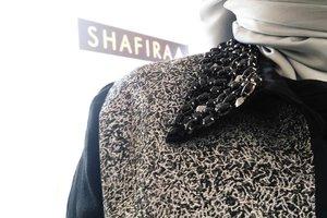 Handmade dan dirilis dalam jumlah terbatas adalah ciri khas lini fashion @shafiramuslimfashion. Jelang usia 30 tahun, Shafira masih eksis dan terus berinovasi untuk menemani para muslimah dan memenuhi kebutuhan berpakaian sesuai syariatDalam foto ini, tampak blazer dengan aksen Silungkang dari Sumatera yang dihiasi swarovski dan memberikan kesan eleganTidak hanya fokus dengan bisnis pakaian, menyambut perjalanan panjang 30 tahunnya, Shafira  mengadakan temu blogger @komunitasisb dan sharing inspiratif bersama Nadiah Fatimah (@nadiahf). Ia adalah salah satu survivor Lupus dan juga pengurus puluhan majelis taklim di Jakarta. Ia berbagi kisah proses hijrahnya untuk mengenal Allah SWT lebih dekat. Simak linimasa twitter saya di (at) tiandarinie untuk live tweet keseruan acara hari ini ♥#clozetteID #30thShafiraJourney#journeytoworldclassfashion #sharingiscaring #momblogger #lifestyleblogger