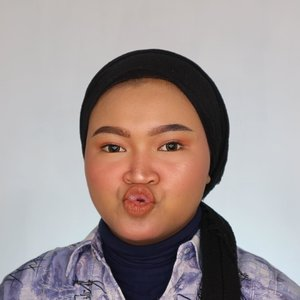 "Netijen : ""kak gimana caranya biar tirus? Biar double chin ga keliatan?"" Gw : ""monyongin mulut kayak gini biar ketarik, trus foto and voila! Ga ada double chin + tirus"" 🤣 . Jangan tabok akuu 🤣🤣 lopphh yuuu guys! Peace loph and gaul 🤣 #makeup #clozetteid"